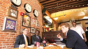 Noynoy Aquino eating pizza in Boston