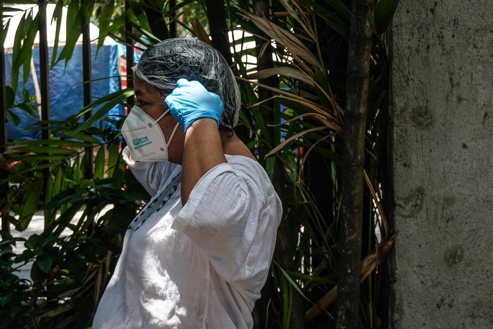SAFETY MEASURES. Health workers sanitize and take off their personal protective equipment on May 1, 2020. Photo by Dante Diosina Jr/Rappler