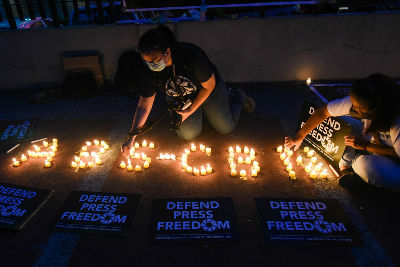 DEFEND PRESS FREEDOM. ABS-CBN employees and supporters light candles outside the network's Quezon City office on June 30, 2020 to call for the passage of its franchise in Congress. File poto by Angie de Silva/Rappler