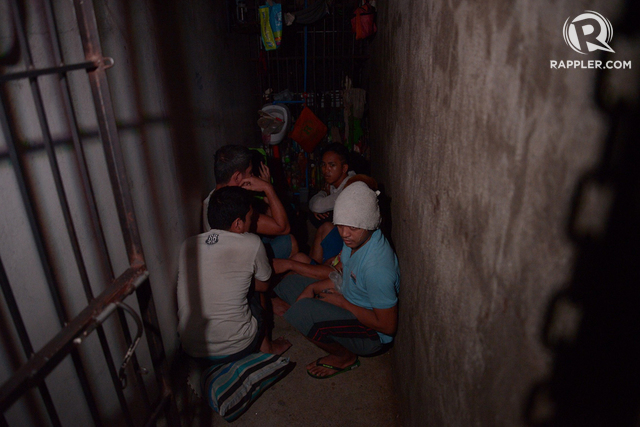 IN THE DARK. Twelve allegedly illegally detained men and women are found in a 'hidden lock-up cell' in MPD Station 1 on April 27, 2017. Photo by Eloisa Lopez/Rappler