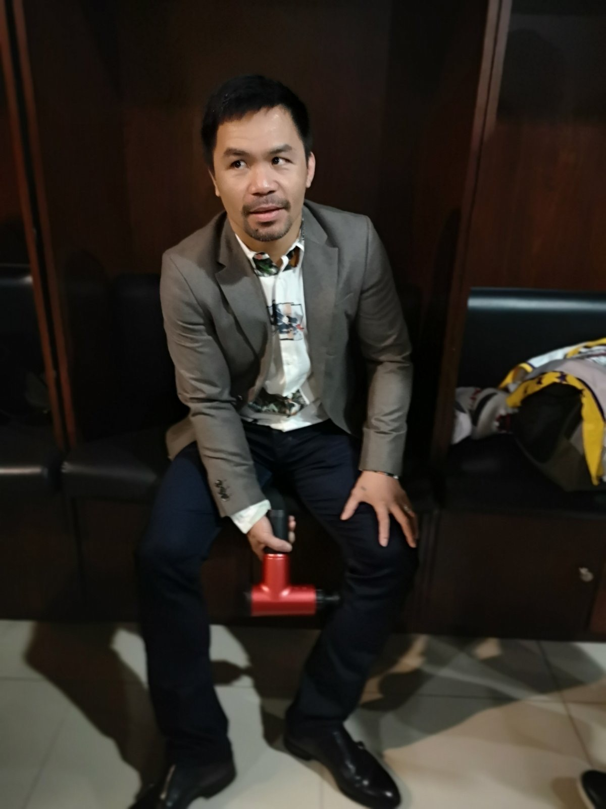 SIDELINED. Manny Pacquiao tries to shrug off his leg pain, but eventually decides to sit out for the MPBL All-Stars. Photo by Roy Luarca/Rappler