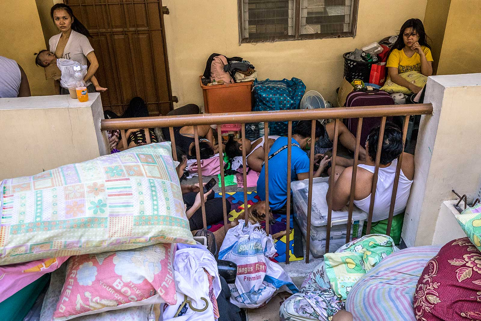 CROWD. Victims take shelter at the Addition Hills Integrated School on June 2, 2020. Photo by Darren Langit/Rappler
